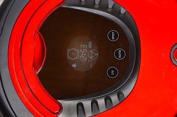 Корпус самого робота-пылесоса не обременен органами управления, предусмотрено всего три функциональные клавиши рядом с дисплеем